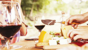 Read more about the article Vinul si branza – 4 reguli pentru a crea perechea perfecta