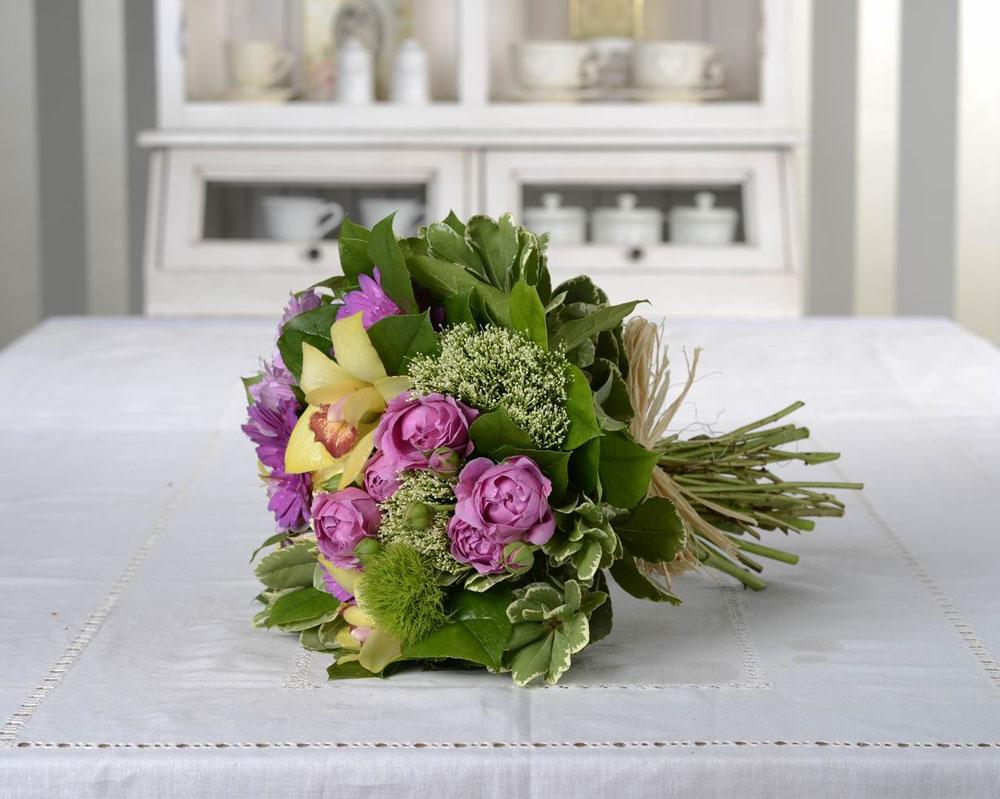 buchet de flori cu orhidee si mini trandafiri 144